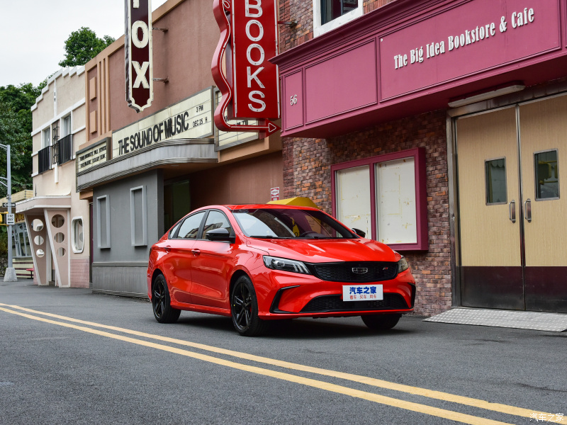 Дешевле VW Jetta на 500 тысяч рублей, 2 экрана и кожа: Geely вывела на рынок новый седан FE6