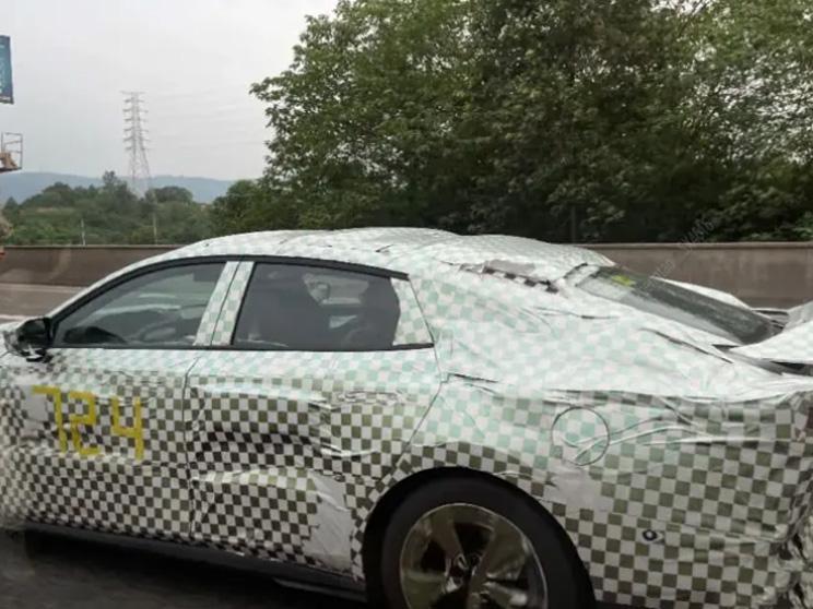 Это конкурент Mercedes-AMG A35? Changan вывел на дорожные испытания новый седан марки Uni
